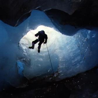 Вертикальный спуск в пещеру